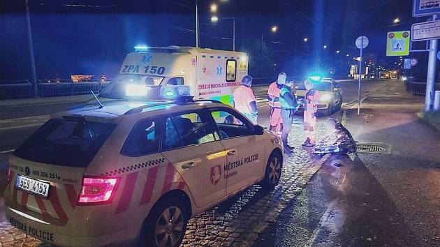 Žena skočila z mostu do Labe. Pád přežila a promočená usnula na zastávce, kde ji našli strážníci.