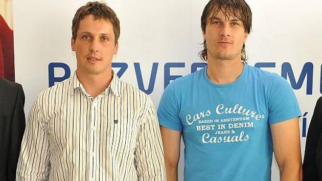 OCENĚNÍ FIRMA ROKU Pardubického kraje 2011 převzal Milan Vetr (vlevo), jednatel společnosti Papera. Živnostníkem roku Pardubického kraje 2011 se pak stal Jáchym Mimra.
