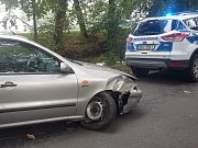 Řidič při bouračce u Bohdanče urazil kolo o strom.