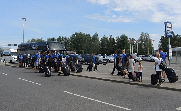 České basketbalistky se přesouvají do speciálního autobusu.