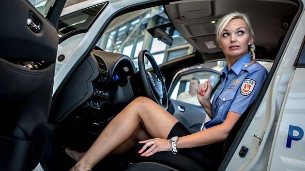 Vozy Nissan, které budou sloužit k běžnému provozu a zároveň testování, převzali v úterý strážníci Městské policie Pardubice a Dopravního podniku města Pardubic v AUTO – IN