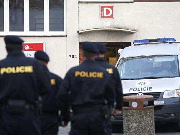 Policie v úterý ráno začala s prohledáváním ubytovacích prostor Univerzity Pardubice. Anonym hrozí výbuchem semtexu.