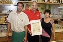 Hospůdkou roku 2012 se stala restaurace Pod Vinicí. Oceněný Miroslav Kubálek s personálem restaurace.