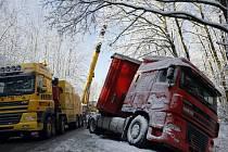 Kamion se dvaceti tunami železa skončil v příkopě u Zminného. Vyprošťovací práce komplikoval právě vysypaný náklad v podobě osmi a dvanáctitunových železných desek
