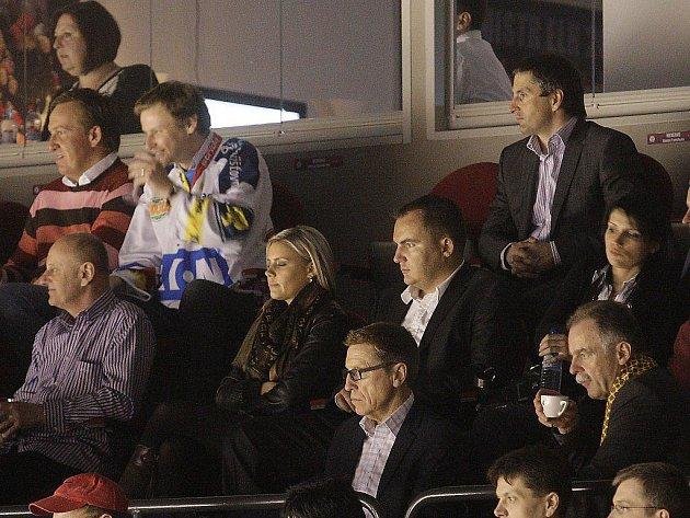 V klubové lóži domácího hokejového týmu seděl nejen trenér slovenské hokejové reprezentace Kanaďan Glen Hanlon, ale  i svazový šéftrenér Slavomír Lener!