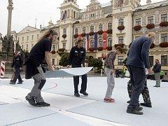 Celý den se na pardubickém Pernštýnském náměstí připravovala plocha pro dnešní sportovní slavnost.