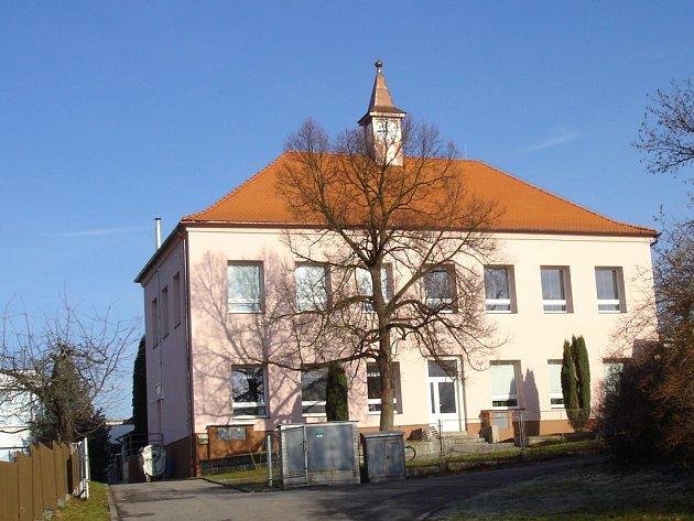 Opravená budova základní školy