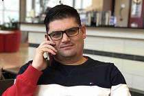 Přilepený na uchu... Sekretář OFS Pardubice Lukáš Ouředník je bombardován telefonáty na téma Kdo bude předseda?
