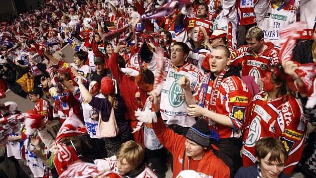 Fanoušci pardubických hokejistů při posledním čtvrtfinálovém zápase se Zlínem. Radost byla velká