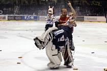 Pardubičtí hokejisté se radují po vyhraném čtvrtém utkání se Zlínem. Postupují do semifinále