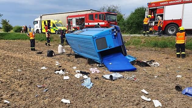 Dodávka skončila u Hrochova Týnce v poli a na boku. Řidič utrpěl zranění a byl posádkou zdravotnické záchranné služby převezen do nemocnice.