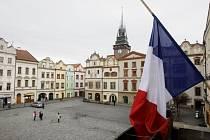 Na podporu obětí teroru v Paříži a projev soustrasti vyvěsil pardubický magistrát francouzskou vlajku.