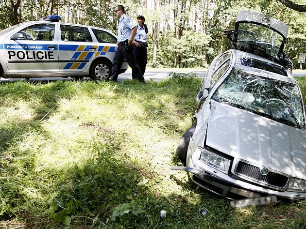Řidič z neznámých příčin vybočil ze silnice a skončil v příkopu