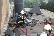 Následky požáru na střeše pardubického krematoria