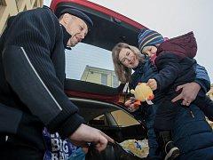 Plyšáková sbírka. Eva Urbanová s Adámkem předává plyšákovou sbírku Petru Voldánovi. Hračky využijí policisté při výsleších dětských obětí trestné činnosti.