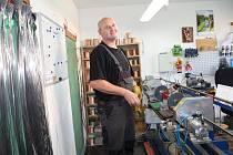 Radek Jirout ve své malé dílně v Čeperce na Pardubicku vyrábí u klavírní struny pro celou Evropu. Nejdál jeho struny hrály v Jižní Americe. Na Slovensko vyrábím především struny na cimbály.