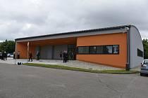 Oranžová fasáda a dvoje garážová vrata ukrývající sanitky. Krajští záchranáři mají novou výjezdovou základnu v Seči.