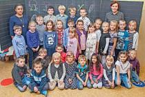 dvacet devět prvňáčků třídy 1. A Základní školy Pardubice Spořilov.