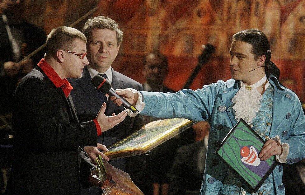 Ředitel mladoboleslavského divadla František Skřípek, a režisér Radek Balaš s cenou studentské poroty za představení Dědeček automobil
