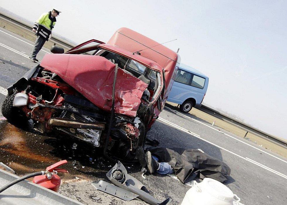 Za riskantní předjíždění na holickém obchvatu zaplatil řidič vlastním životem