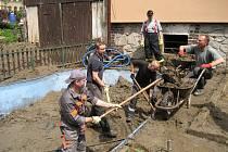 V zatopené Svobodě nad Úpou zasahovali i dobrovolní hasiči z Dolních Ředic.