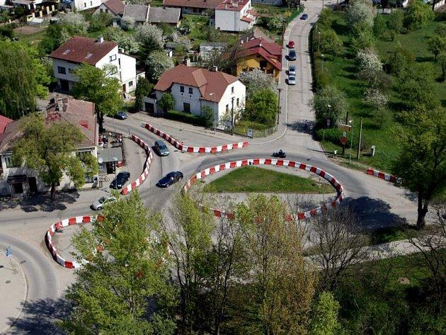 Provizorní kruhová křižovatka U Josefa v Polabinách nijak vábně nevypadá ani z ptačí perspektivy. V dohledné době by se ale celé místo prý mělo změnit k lepšímu.