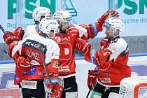 Hokejové utkání Tipsport extraligy v ledním hokeji mezi HC Dynamo Pardubice (v červenobílém) a PSG Berani Zlín  (ve žlutomodrém) pardudubické enterie areně.