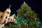 Vánoční strom na Pernštýnském náměstí se rozsvítil již v pátek, aby si ho lidé mohli užít po celý víkend.