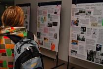 Výstava v přízemí univerzitní auly mapuje historii gay a lesbické komunity