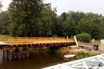 Stavba mostu ve Valech v červenci.