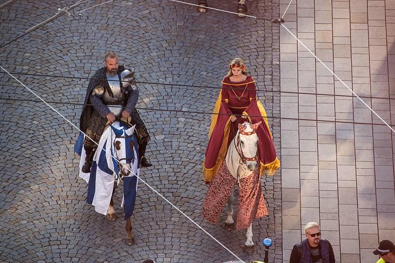 V pátek na Pernštýnské náměstí dorazil Vilém z Pernštejna se svou chotí Johankou. Centrum města ožilo renesancí. Pro návštěvníky je po celý víkend připraven bohatý doprovodný program. Foto: Roman Brandl