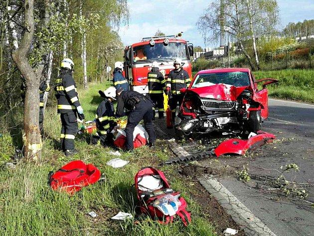 Nerespektování rychlostního omezení a náraz do mostku přes silnici u Chvaletic skončily pro řidiče zraněním.