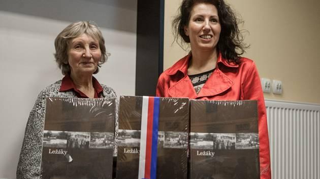 JARMILA DOLEŽALOVÁ – Šťulíková (vlevo) a její dcera Jarmila Doležalová s knihami Ležáky známé i neznámé.