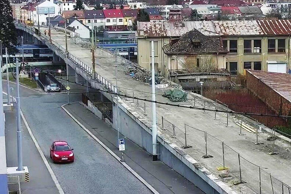 Někteří řidiči začali pro svou jízdu využívat podchod pro pěší, který vede pod opravovaným nadjezdem. Foto: MP Pardubice