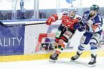 Hokejové utkání Tipsport extraligy v ledním hokeji mezi HC Dynamo Pardubice (v červenobílém) a HC Kometa Brno (v bílomodrém) pardudubické enterie areně.