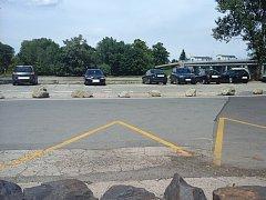 Parkování na břehu Labe bránily kameny. Řidiči to ale neodradilo.