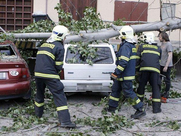 Spadlý strom poškodil celkem šest vozidel. S likvidací následků pomáhali hasiči.