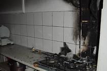 Žena vařila, pekla, prostě připravovala dobroty na sporáku, kde se měl ohřívat olej, který se vznítil.