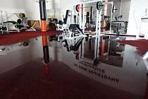 Voda vyplavila vyplavena kancelář a posilovnu v ČEZ Areně v Pardubicích.