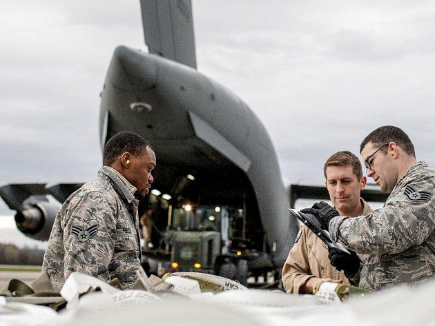 Nakládka munice do letounu Globemaster amerického letectva.
