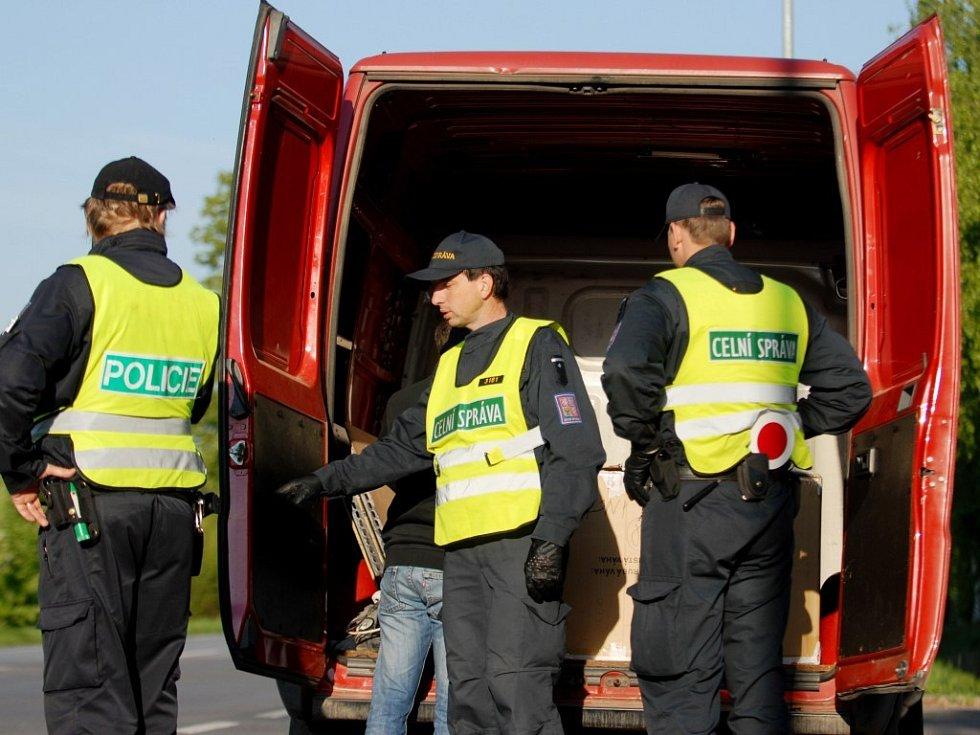 Cizinecká policie a celní správa se v neděli ráno zaměřila na kontroly trhovců