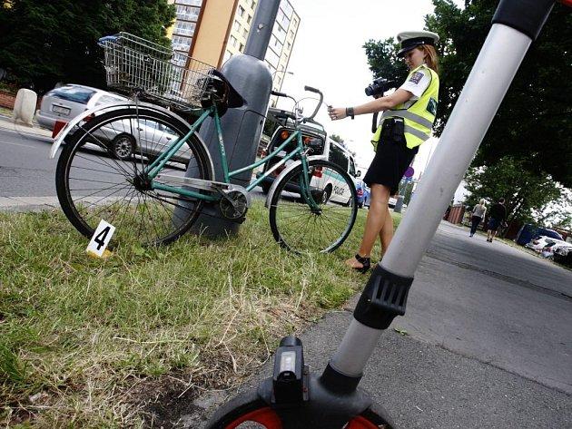Cyklista na přechodu pro chodce skončil s těžkým zraněním.
