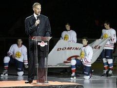 """Pocta Dominiku Haškovi. Při slavnostním ceremoniálu bylo """"jeho"""" číslo 9, se kterým v Pardubicích začínal a vlastně i končil, navždy vyřazeno z hráčských čísel pardubického týmu."""