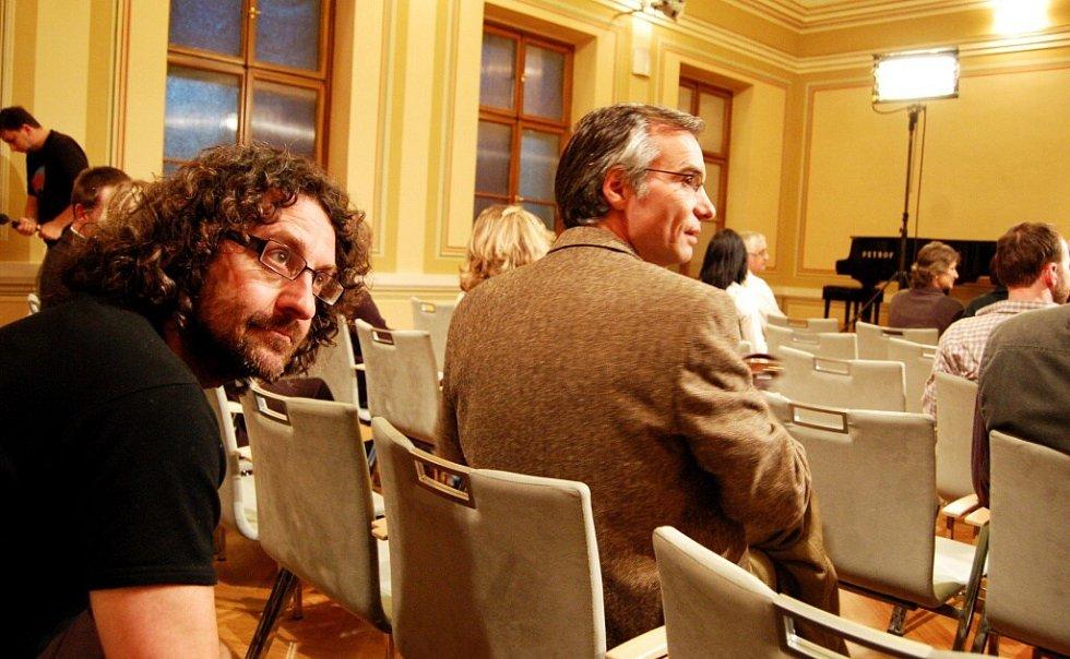 Natáčení přednáškové scény. Mezi komparzisty byl i redaktor Pardubického deníku Petr Doubrava