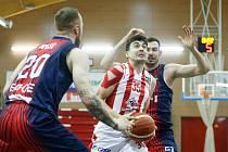 Brněnští basketbalisté (v tmavě modrém) v utkání s Pardubicemi měli malé procento úspěšnosti střel a prohráli 75:85.