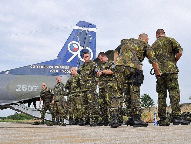 Vojáci odletěli do Kosova z pardubického letiště. Tam se také po několikaměsíční misi v minulých dnech vrátili.