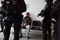Obviněný otec dítěte před soudem.