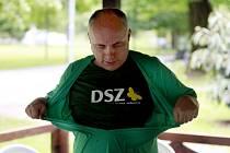 Pavel Křivka demonstrativně trhá tričko Strany zelených