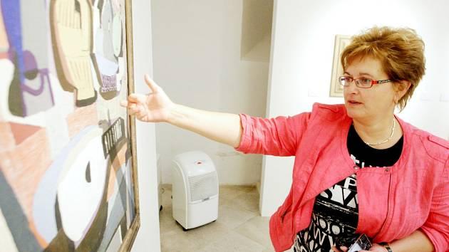 Ředitelka galerie Hana Řeháková s jedním z Fillových obrazů