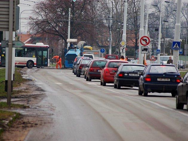Čtvrtek 26. března 10:30 - ulice Poděbradská. Kolony vozidel stojí až k univerzitě.